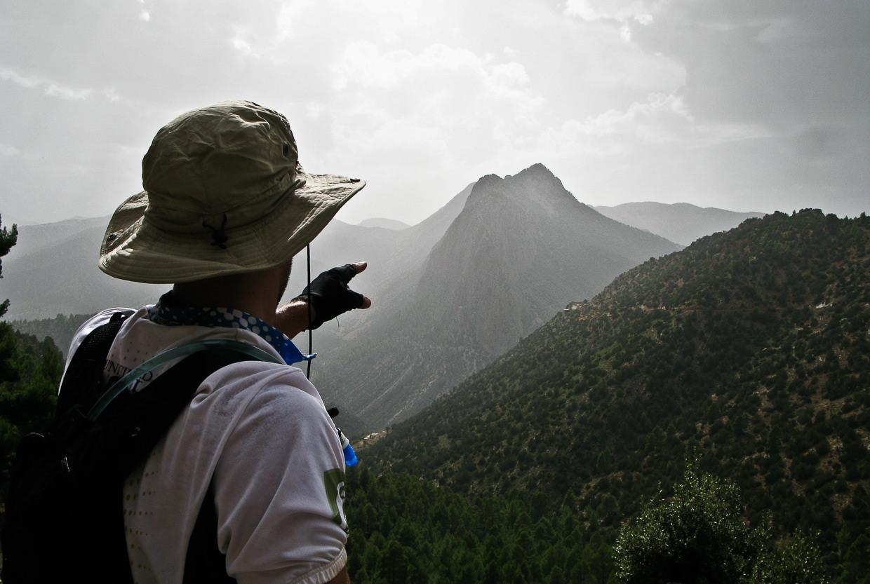 Mountain biker pointing towards his destiny od Gite la Cathédrale